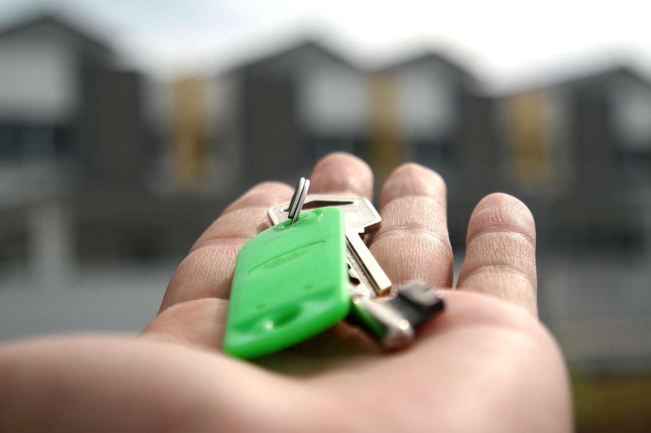 Imagen de unas llaves en una mano